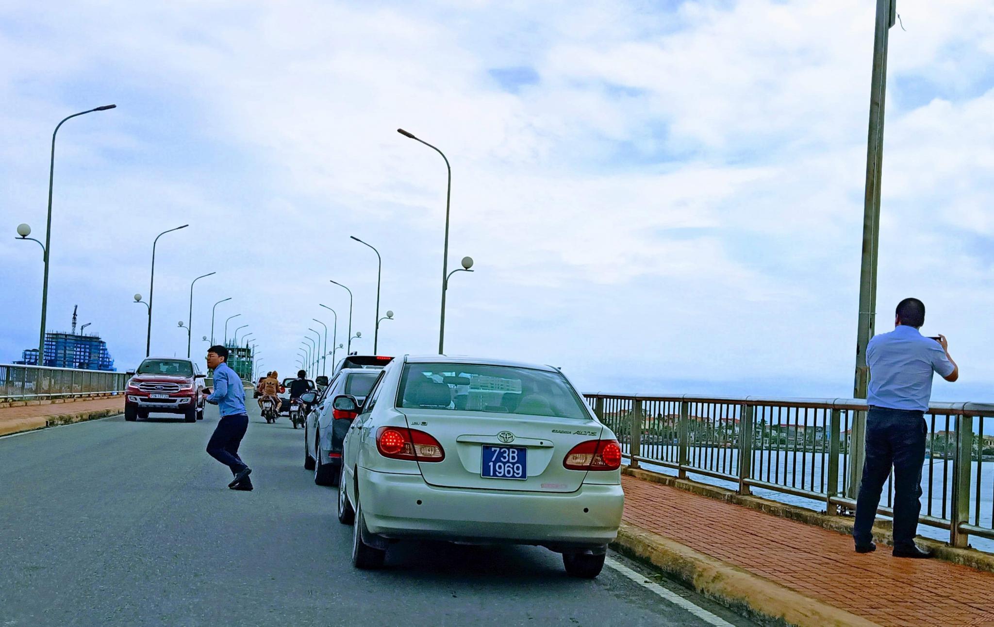 4 tài xế bị phạt nguội khi dừng đỗ trên cầu Nhật Lệ 1