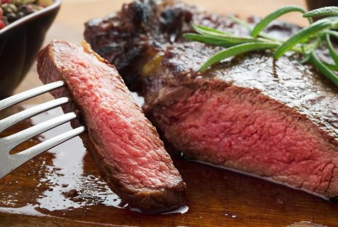 Ai cũng nghĩ nước màu đỏ chảy ra từ thịt bò bít tết là máu nhưng sự thật lại hoàn toàn khác
