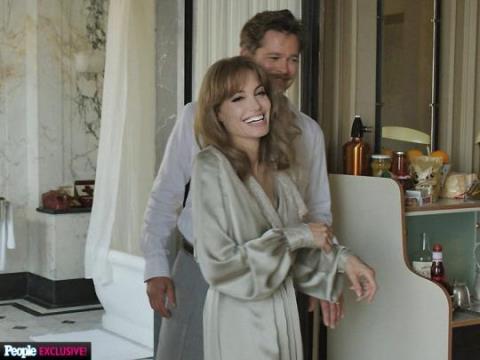 Angelina Jolie vất vả 'dạy' chồng cách... cãi lộn