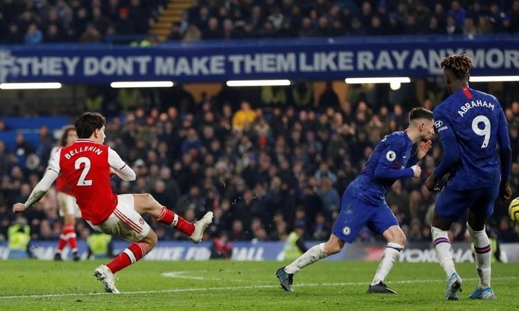 Arsenal hòa Chelsea trong thế 10 người