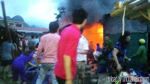 """""""Bà hỏa"""" thiêu cháy 3 ki ốt chợ Phong Nha, Quảng Bình"""