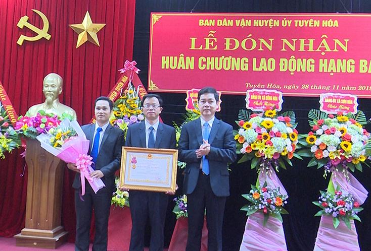 Ban Dân vận Huyện ủy Tuyên Hóa đón nhận Huân chương Lao động hạng Ba