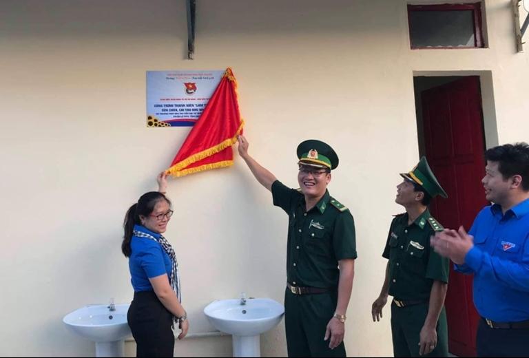 Bàn giao công trình cải tạo nhà vệ sinh trường học tại Lâm Thủy