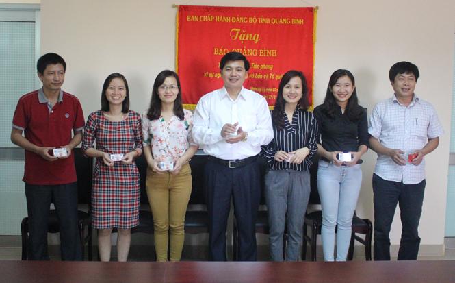 Báo Quảng Bình: Trao thẻ nhà báo giai đoạn 2016-2020
