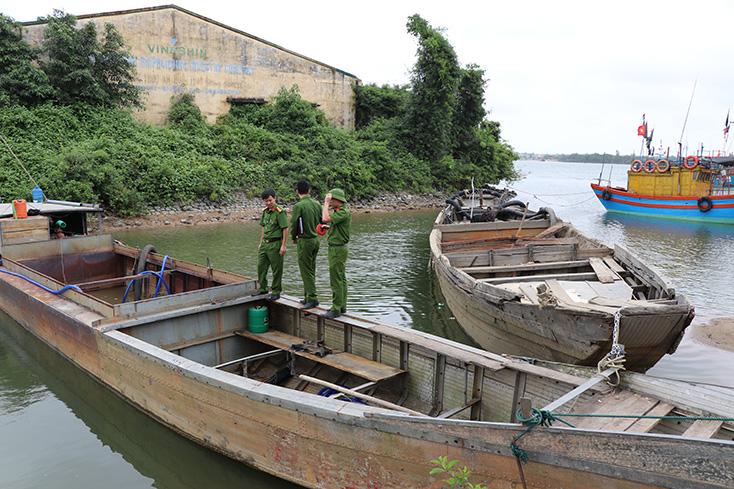 Bắt 2 thuyền khai thác cát trái phép trên sông Long Đại