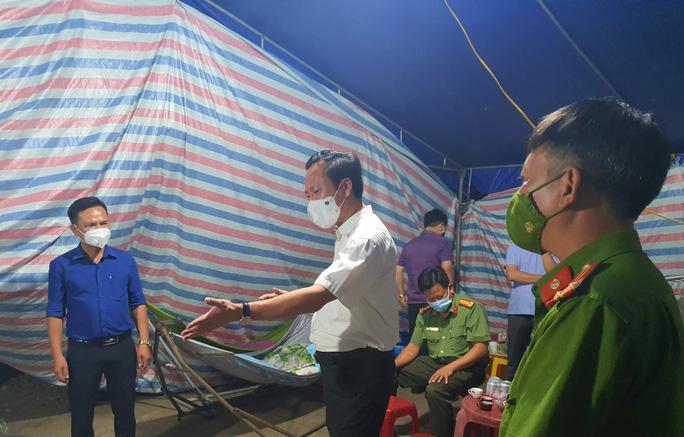 Bí thư huyện Quảng Trạch kiểm tra các chốt kiểm dịch Covid-19 lúc 1 giờ sáng
