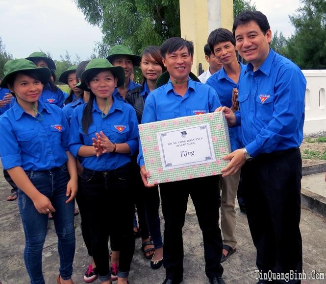 """Bí thư thứ nhất Trung ương Đoàn thăm mô hình """"Thắp sáng đường quê"""" tại xã Hải Ninh"""