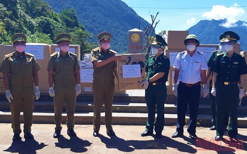 Bộ đội biên phòng Quảng Bình tặng thiết bị phòng dịch cho tỉnh Khăm Muộn (Lào)