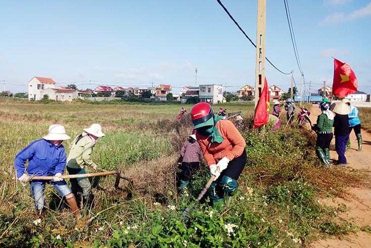 Bố Trạch: Nạo vét kênh mương, vệ sinh đồng ruộng sẵn sàng vụ đông-xuân