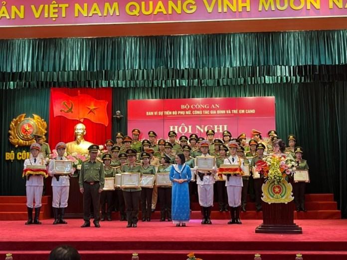 Bộ trưởng Bộ Công an khen thưởng về Kế hoạch hành động bình đẳng giới 2016 – 2020.