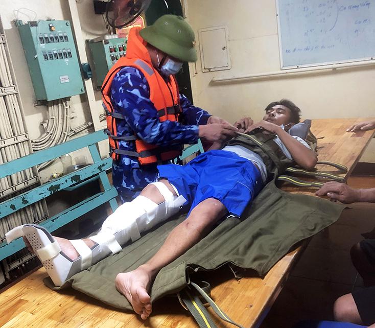 Bộ Tư lệnh Vùng Cảnh sát biển 1 cấp cứu thuyền viên gặp nạn trên biển Quảng Bình