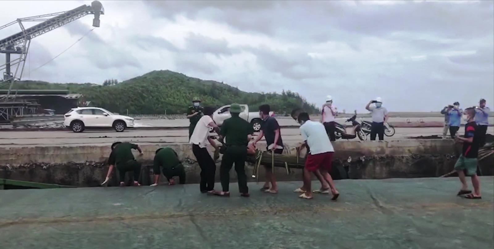 Bộ Tư lệnh Vùng Cảnh sát biển 1 cấp cứu thuyền viên gặp nạn trên vùng biển của tỉnh Quảng Bình