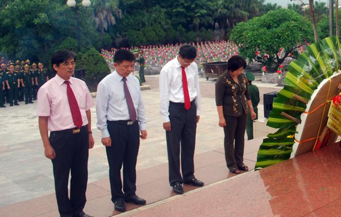 Các đồng chí lãnh đạo tỉnh dâng hương viếng Anh hùng liệt sỹ tại Nghĩa trang Ba Dốc