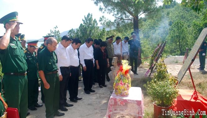 Các đồng chí lãnh đạo tỉnh dâng hương viếng mộ Đại tướng Võ Nguyên Giáp