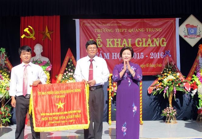 Các đồng chí lãnh đạo tỉnh dự lễ khai giảng năm học mới 2015-2016