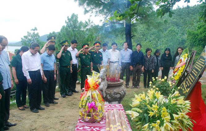 Các đồng chí lãnh đạo tỉnh dự lễ viếng và dâng hương tại Khu mộ Đại tướng Võ Nguyên Giáp