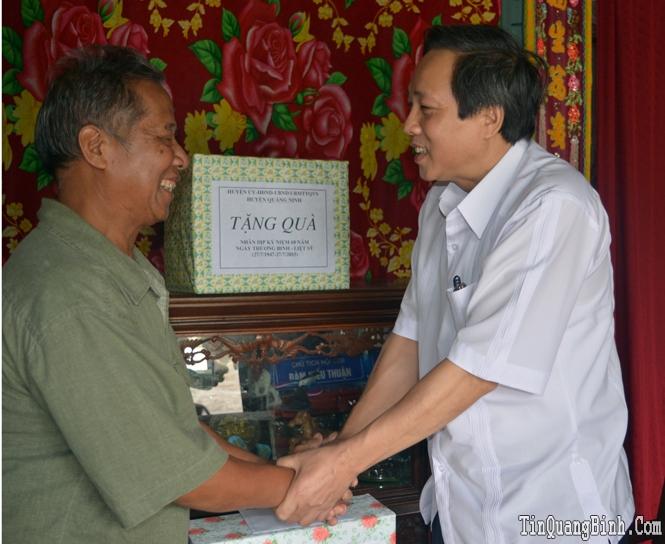 Các đồng chí lãnh đạo tỉnh thăm, tặng quà các gia đình có công với cách mạng