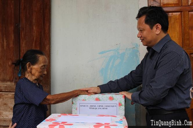 Các đồng chí lãnh đạo tỉnh thăm, tặng quà đối tượng chính sách