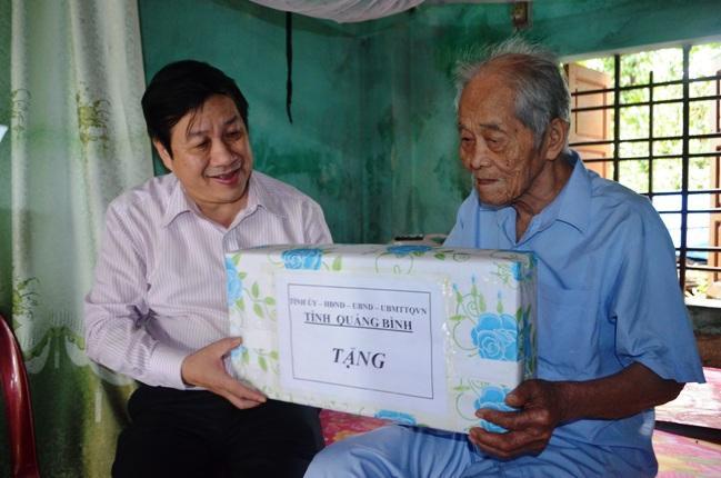 Các đồng chí lãnh đạo tỉnh thăm và tặng quà gia đình chính sách