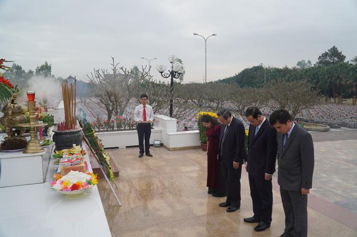 Các đồng chí lãnh đạo tỉnh viếng, đặt vòng hoa và dâng hương tưởng nhớ các anh hùng, liệt sỹ