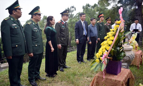 Các đồng chí lãnh đạo tỉnh viếng mộ Đại tướng Võ Nguyên Giáp