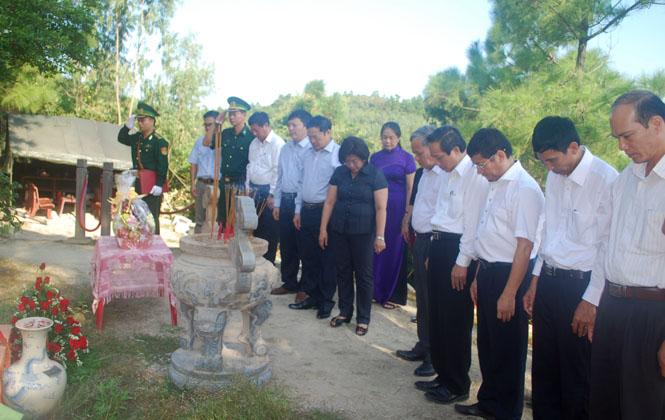 Các đồng chí lãnh đạo tỉnh viếng và dâng hương tại Khu mộ Đại tướng Võ Nguyên Giáp