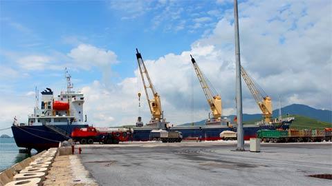 Sản lượng hàng hóa bốc xếp qua cảng Hòn La tăng 60% so với cùng kỳ