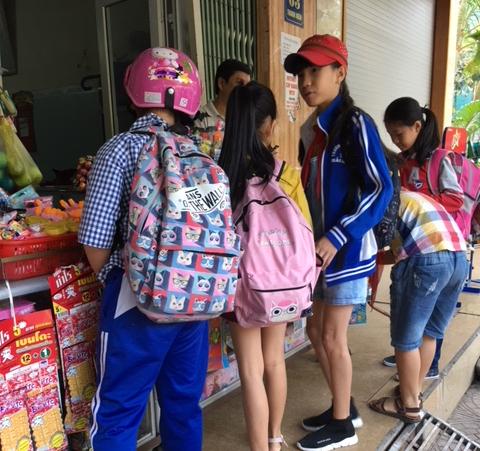 Cảnh báo tình trạng bánh kẹo không rõ nguồn gốc trước cổng trường
