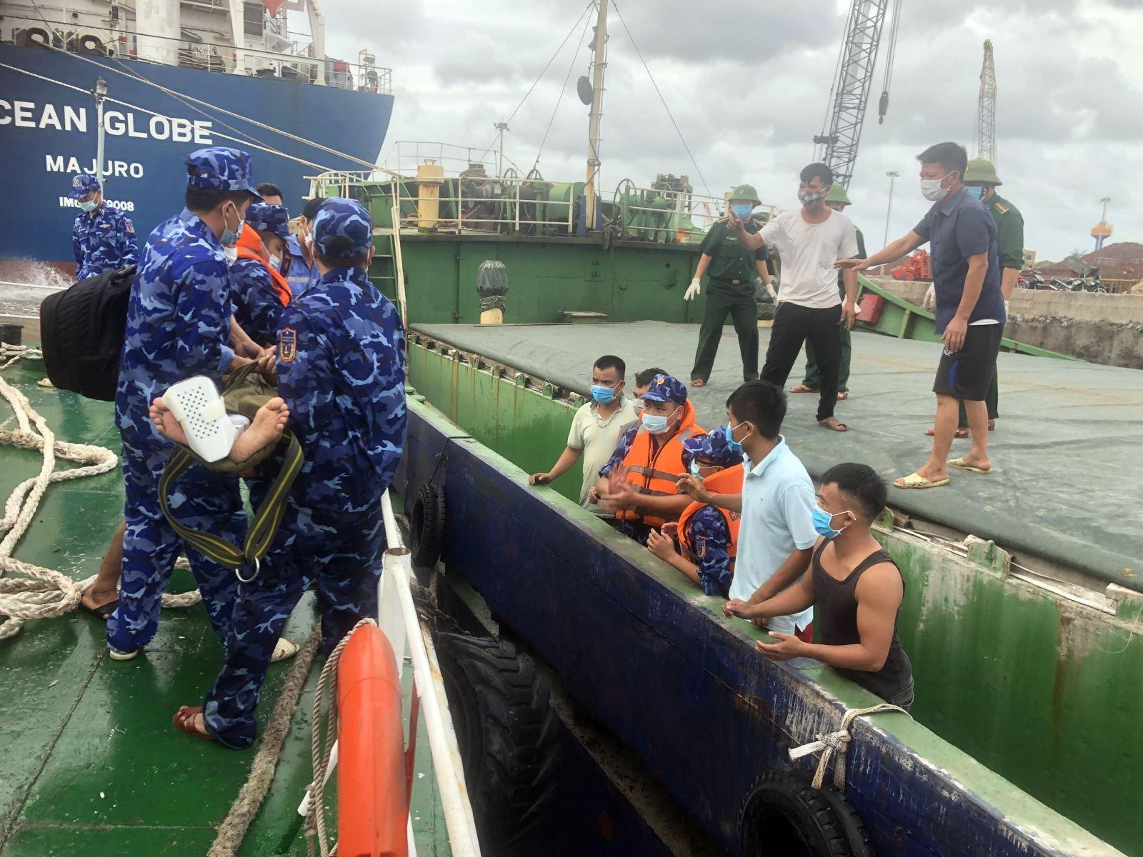 Cảnh sát biển cấp cứu thuyền viên gặp nạn trên biển Quảng Bình