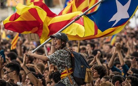 """Chính quyền Tây Ban Nha và Catalonia bất ngờ cùng """"xuống nước"""""""