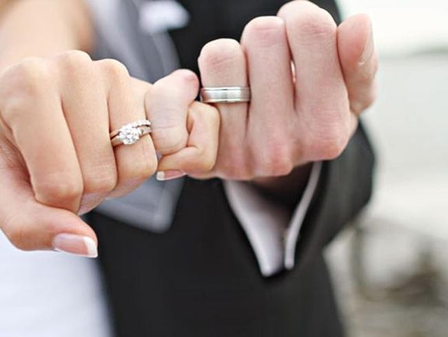 Chồng đi liên hoan về say mèm, không đeo nhẫn cưới, vợ phát hiện ngay ra vấn đề, câu