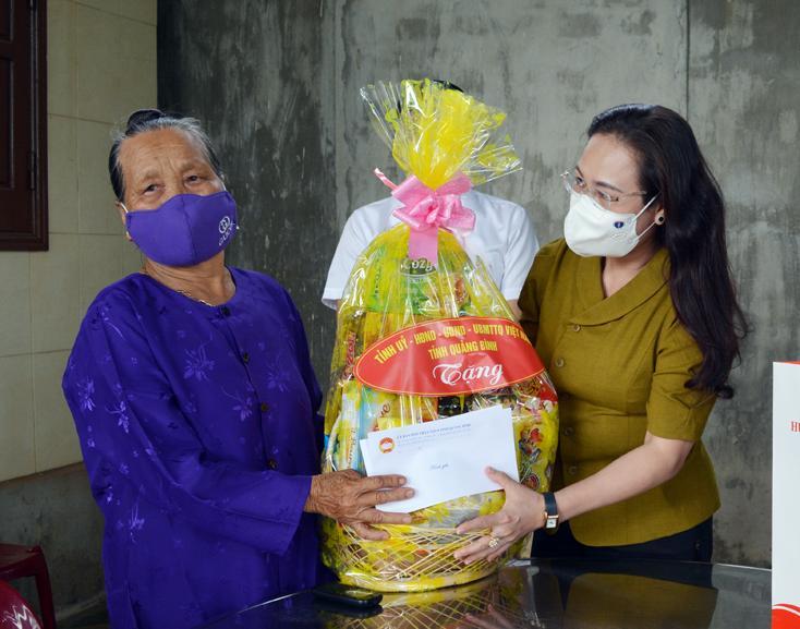 Chủ tịch Ủy ban MTTQVN tỉnh thăm và tặng quà gia đình chính sách,  người có công với cách mạng ở huyện Bố Trạch