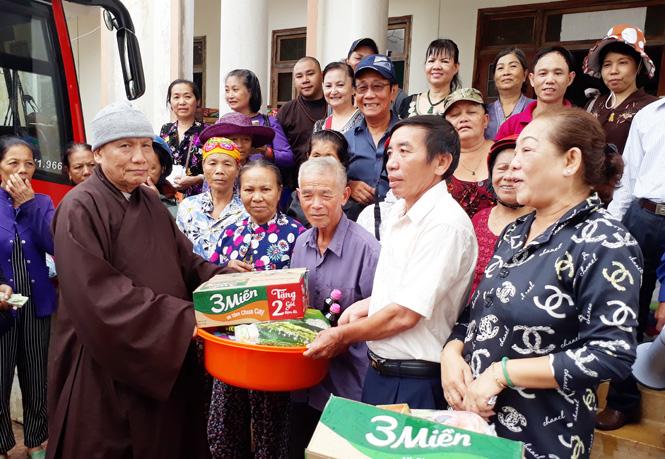 Chùa Đức Quang ở TP. Hồ Chí Minh tặng quà cho bà con xã Quảng Xuân