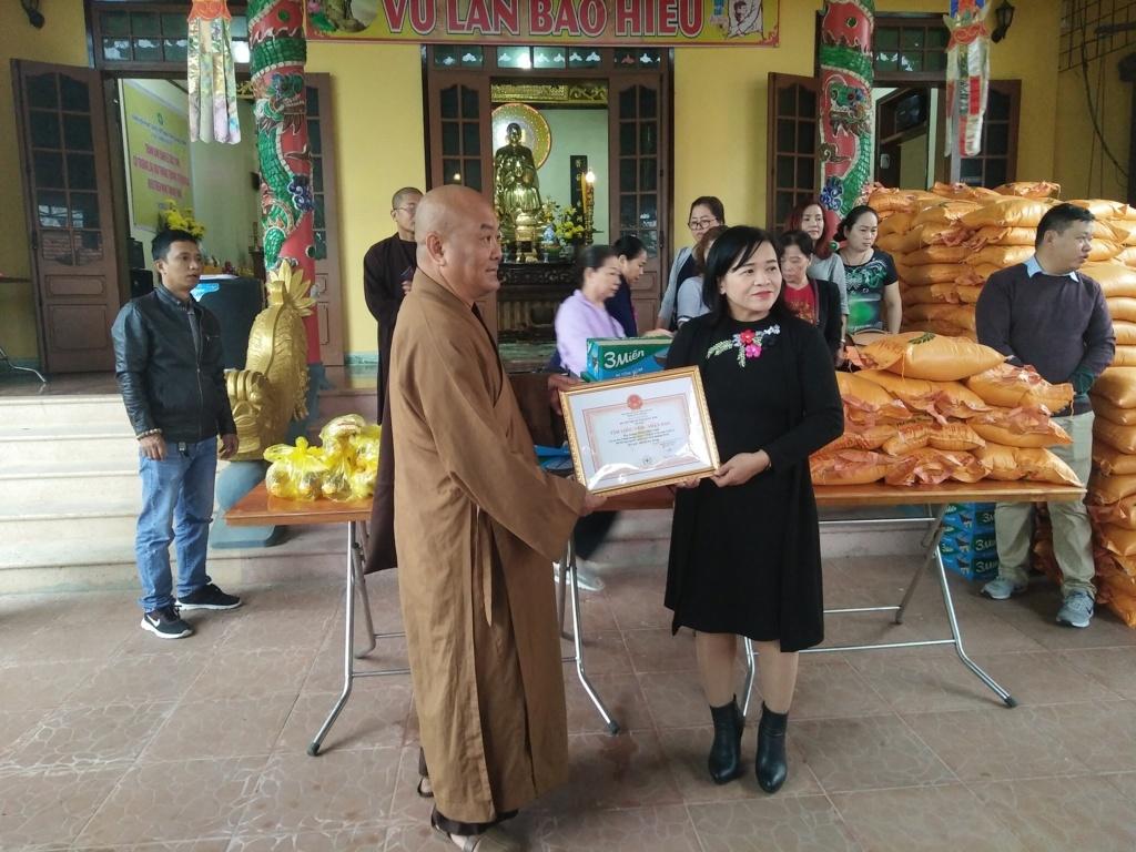 Chùa Thường Quang (TPHồ Chí Minh): Trao 500 suất quà cho người nghèo ở Đồng Hới
