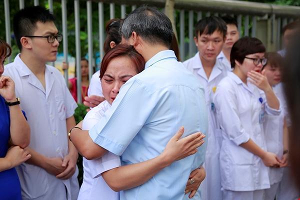 Chuyện xúc động nhất hôm nay: Viện trưởng Viện Huyết học nghỉ hưu, hàng trăm y bác sĩ, bệnh nhân xếp hàng dài chia tay