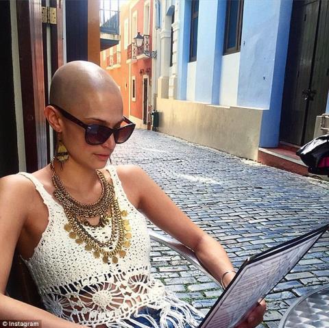 Cô gái mắc ung thư, rụng tóc vẫn nổi bật trên sàn catwalk