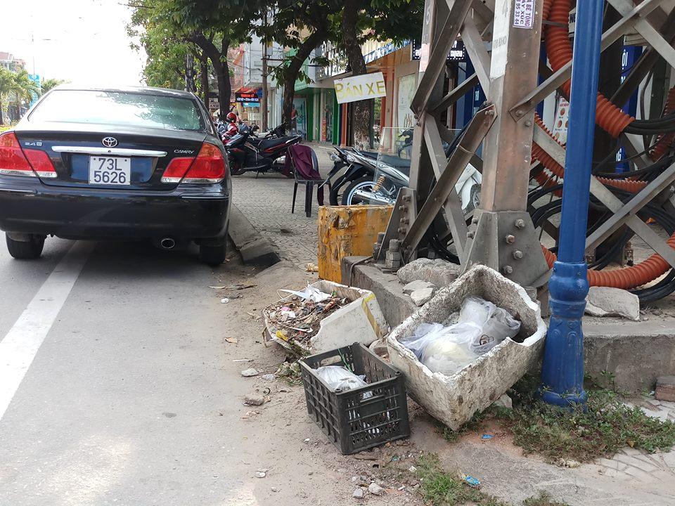 Có thùng rác, vẫn bừa bãi rác!