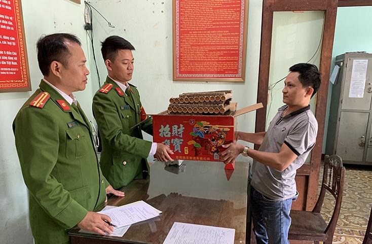 """Công an phường Đồng Phú vận động người dân giao nộp hộp pháo """"khủng"""""""