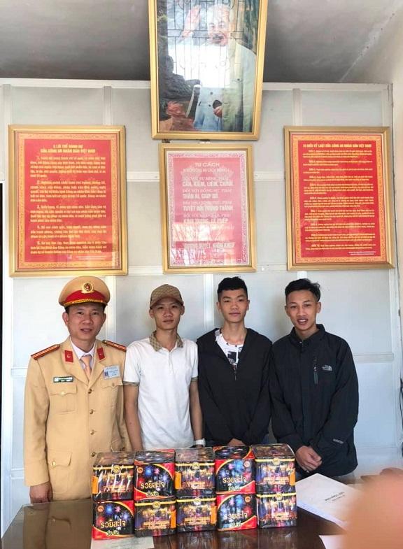 Công an Tuyên Hóa vận động Nhân dân giao nộp 13 hộp pháo hoa