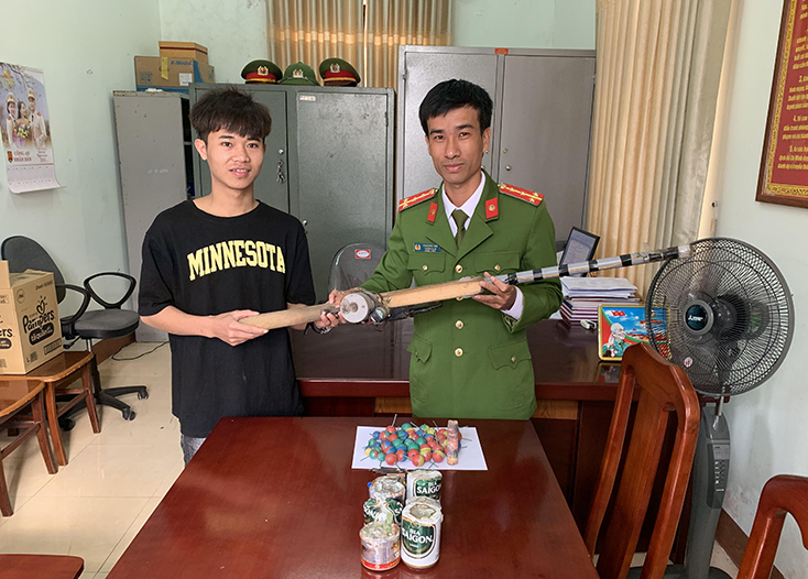 Công an xã Hải Ninh tuyên truyền, vận động nhân dân giao nộp nhiều vật liệu nổ
