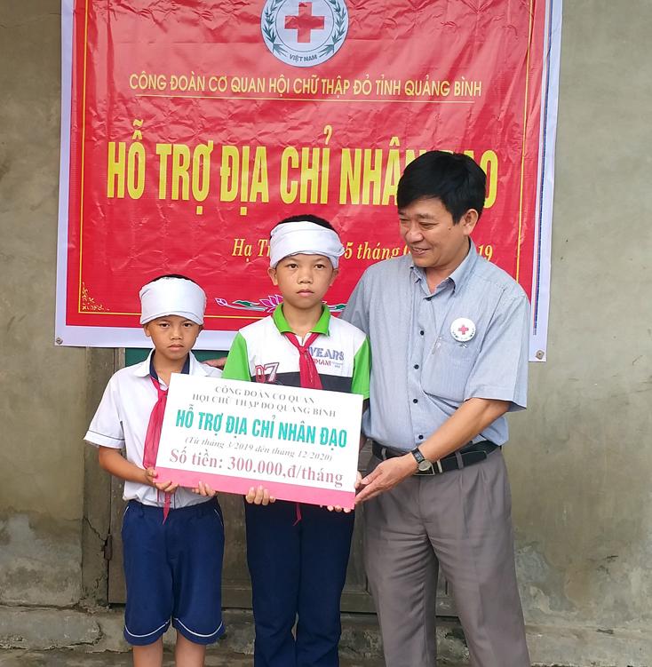 """Công đoàn cơ quan Hội Chữ thập đỏ tỉnh: Trao tiền hỗ trợ """"Địa chỉ nhân đạo"""""""