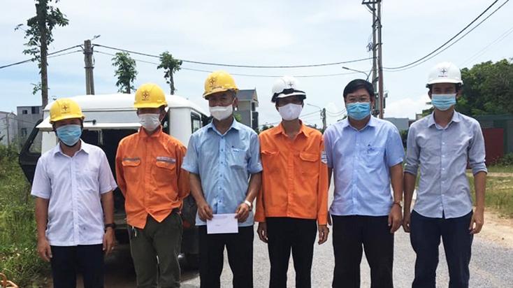 Công đoàn PC Quảng Bình: Động viên công nhân trực sản xuất, xử lý sự cố điện và phòng, chống dịch Covid-19