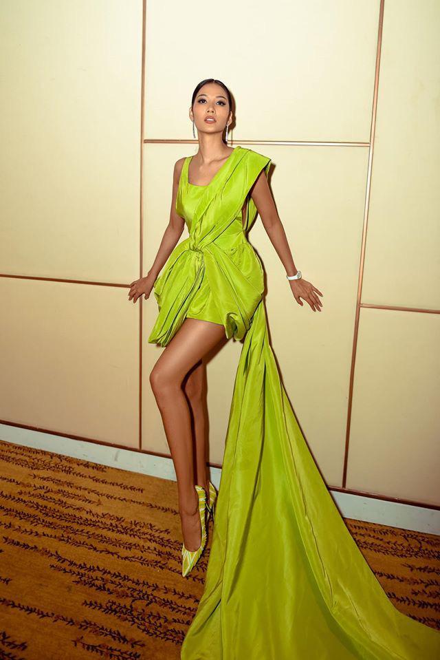 Cùng diện đầm của NTK Công Trí: Hoàng Thùy – Mâu Thủy – Min vẫn tạo nên màn so kè phong cách khác biệt