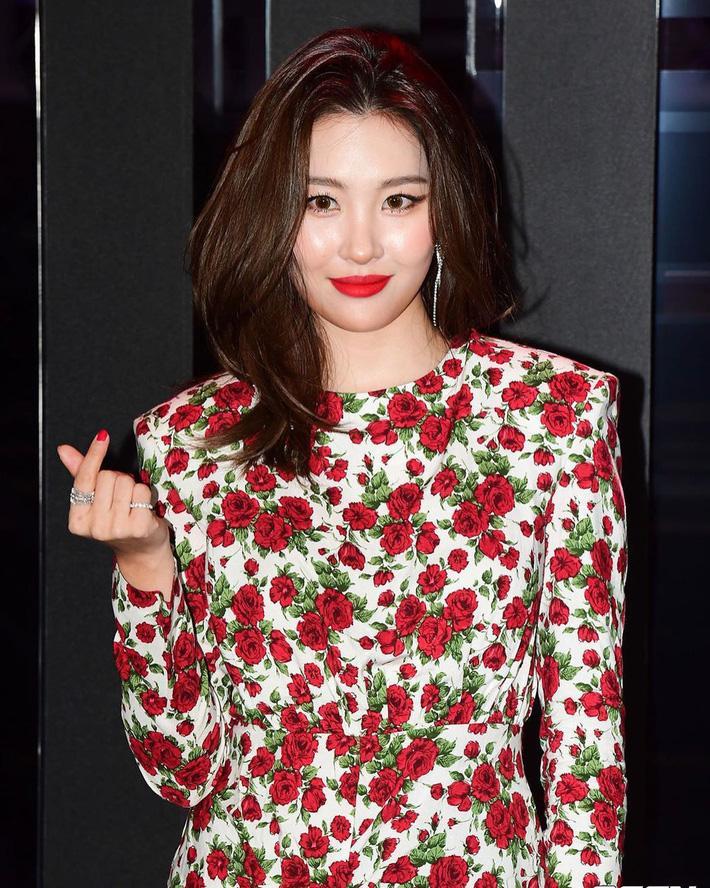 Cùng một mẫu váy hoa nhưng Sunmi sang chảnh quyền quý, IU lại dễ thương xỉu, bạn học theo cách nào thì Tết này cũng nổi bần bật