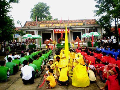 Đặc sắc lễ hội bơi trải trên biển của làng Cảnh Dương