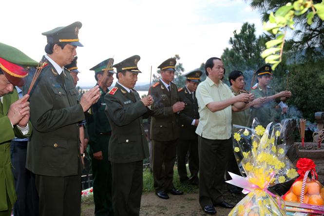 Đại tướng Trần Đại Quang, Uỷ viên Bộ Chính trị, Bộ trưởng Bộ Công an đặt vòng hoa, dâng hương viếng mộ Đại tướng Võ Nguyên Giáp