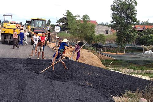 Dân lấy vật tư thi công Quốc lộ 1A để làm đường dẫn vào nhà mình