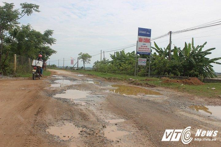 Dân phẫn nộ vì xe chở đất băm nát tuyến đường đẹp