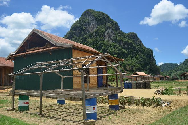 Dân Quảng Bình gấp rút làm nhà bè tránh lũ