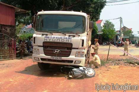 Đang dừng xe bên lề đường, một phụ nữ bị xe tải cuốn vào gầm
